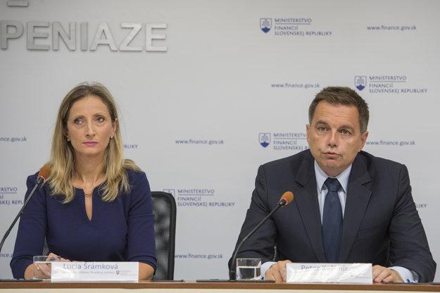 Podpredseda vlády a minister financií Peter Kažimír a riaditeľka Inštitútu finančnej politiky (IFP) Lucia Šrámková.