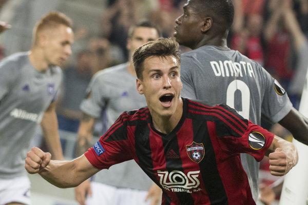 Futbalista Trnavy Matej Oravec sa raduje z gólu.