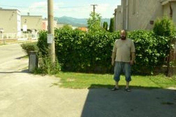 Ján Ujček má obavu, že by sa pre prístrešok nedostal autom do vlastného dvora.