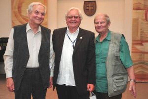 Ľudo Košálko (v strede) s kurátorom svojej výstavy Mišom A. Kováčom (vľavo) a humoristom Milanom Lechanom.