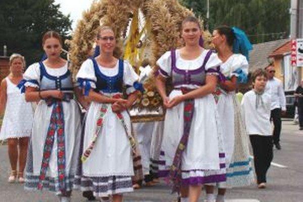 Aj folkloristi z Turčianskych Teplíc predviedli slovenské zvyky a umenie.