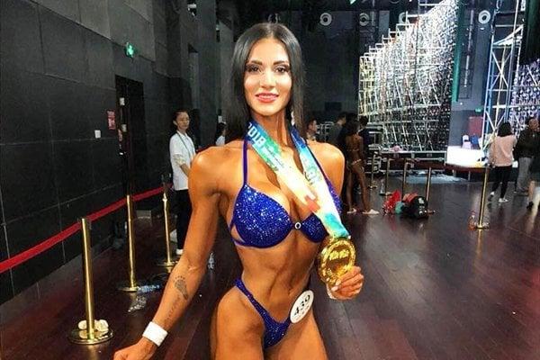 Olívia Čambalová so zlatou medailou z Číny.