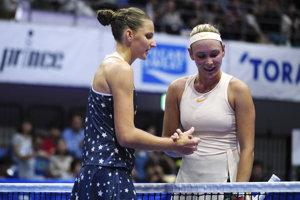 Víťazka semifinále v Tokiu Karolína Plíšková (vľavo) a Dona Vekičová.