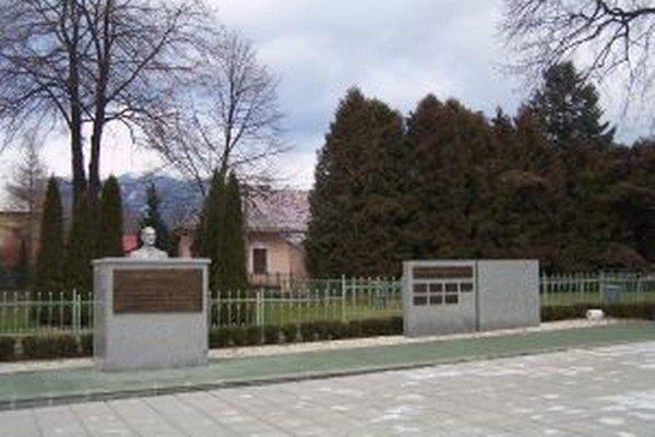 Súčasťou námestia je aj panteón s menami slávnych Sučancov.