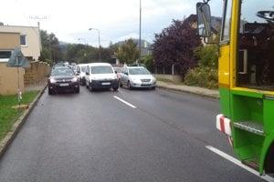 Päťdesiat áut versus jeden autobus. DPMŽ ukáže verejnosti fotografie z experimentu.