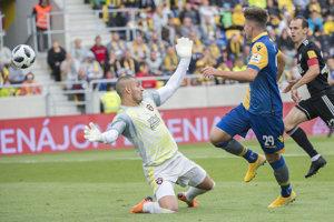 Domáci Marko Divkovič strieľa úvodný gól zápasu.