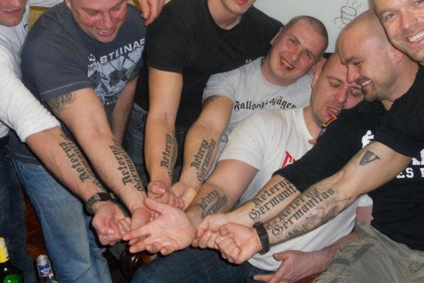Časť členov Aeterna Germanitas: Zľava Vladimír Krahulec, Marek Mališ, Martin Schwartz, Marek Labák, Peter Vrťo, Radovan Ryboš a úplne vpravo Ján Chlebničan.