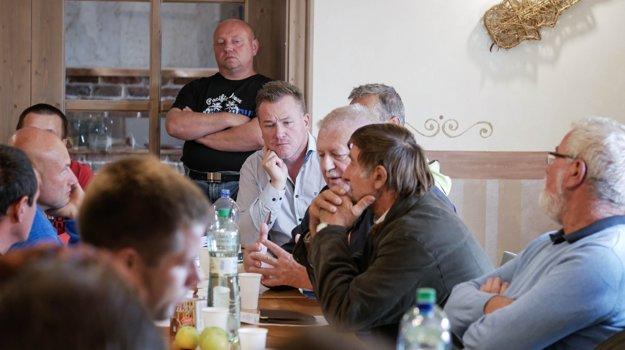 Členovia Iniciatívy poľnohospodárov Slovenska počas sobotňajšieho stretnutia v Haniske.