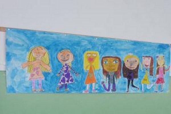 Plagát s kreslenými priateľkami namaľovali žiačky prvého stupňa.