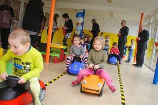 Deti si zariadenia na dopravnú výchovu ihneď vyskúšali.