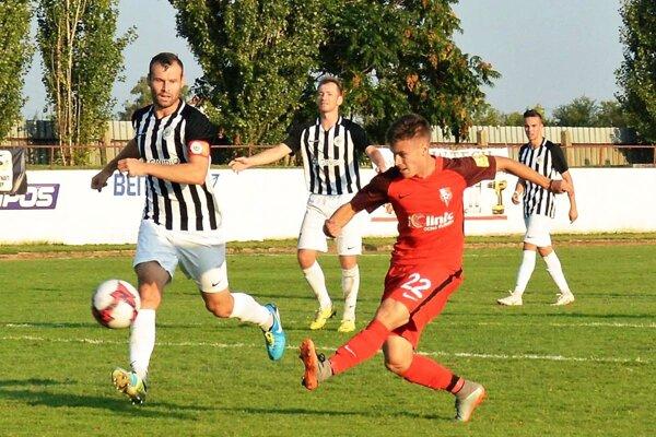 Futbalisti Galanty (v bielo-čiernom) proti Novým Zámkom otočili z0:2 na 5:2.