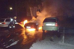 Oheň poškodil aj vedľajšie autá.