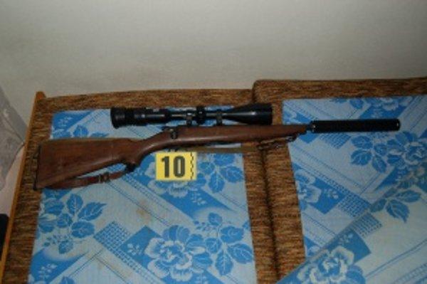 Dlhá guľová zbraň mala namontované optické zameriavacie zariadenie.