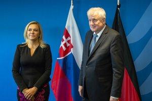 Ministerka vnútra SR Denisa Saková a nemecký spolkový minister vnútra Horst Seehofer pred rokovaním  v Berlíne.