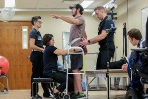 Vďaka elektrostimulácii sa dokázali ochrnutí pacienti postaviť aj kráčať.