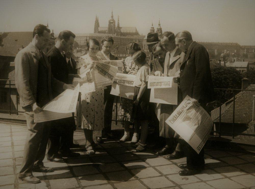 Obyvatelia Československa čítajú výzvu k Pôžičke na obranu štátu v roku 1936. Medzi verejnosťou mala veľký ohlas. Štátna pokladnica získala z predaja dlhopisov tri a pol miliardy korún.