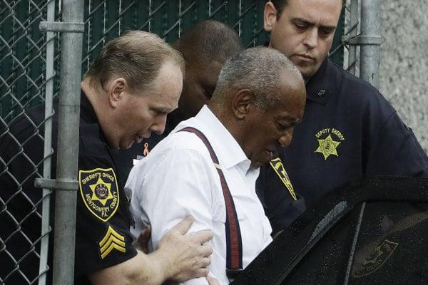 Cosbyho odvážajú zo súdu policajti.