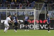 Milan Škriniar (č. 37) reaguje po vlastnom góle.