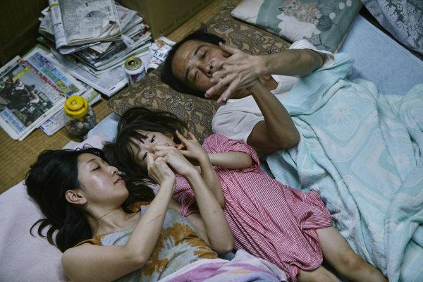 S filmom Zlodeji získal japonský režisér Hirokazu Koreeda Zlatú palmu v Cannes.