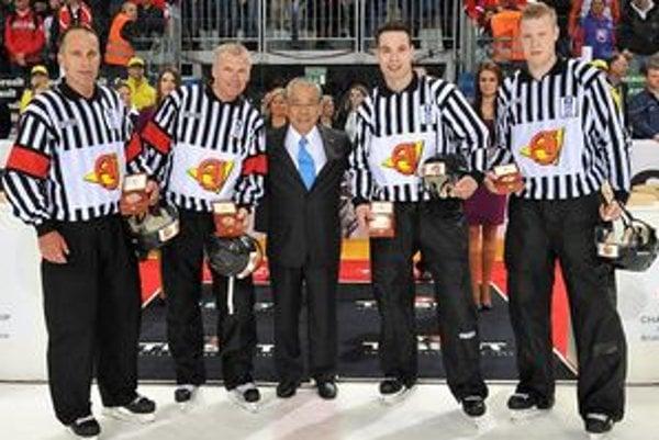 Tesne po zápase. Zľava Danny Kurmann, Christer Larking, Shoichi Tomita,  viceprezident IIHF,  Miroslav Valach a Ivan Dedioulia.