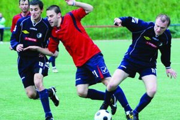 Matúš Pevala. Vrútocky obranca (v červenom) sa snaží predrať cez dvojicu hráčov Palúdzky.