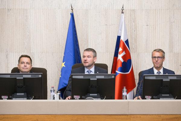 Zľava: Minister financií SR Peter Kažimír, predseda vlády SR Peter Pellegrini a podpredseda vlády SR pre investície a informatizáciu Richard Raši počas rokovania vlády.