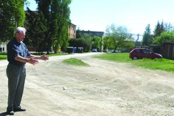 Viac asfaltu nebolo. Cestu urobili v minulosti kvôli návšteve ruského generála len do polovice. Zvyšná časť je prašná a plná jám.