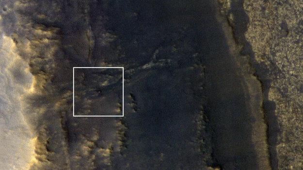 Záber z výšky 267 kilometrov nad povrchom ukazuje v bielom štvorci plochu 2200 metrov štvorcových. Nepatrný svetlý bod uprostred je rover Opportunity.