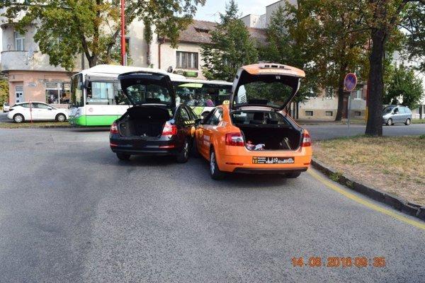 Nehoda dvoch taxíkov.