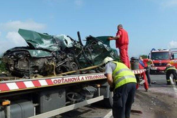 Mladého vodiča museli z auta hasiči vystrihovať. Nehodu neprežil.