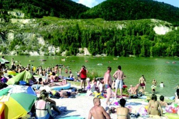 Rieka Šútovo. Minulý rok navštívili jazierko pri Šútove tisícky ľudí.