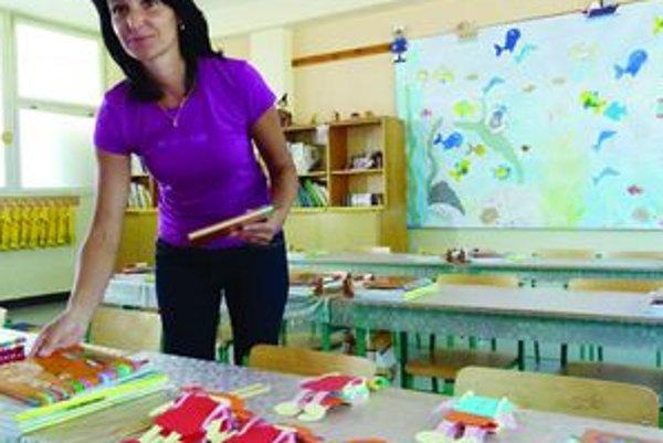 Na prvákov sa tešíMarcela Tarhajová zo sučianskej školy všetko pre svojich 18 prváčikov pripravila už v stredu. Dokonca im vyzdobila celú triedu - pošila deťom vrecúška a pomaľovala okná.