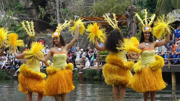Študentky tancujúce tahitský tanec Ori.
