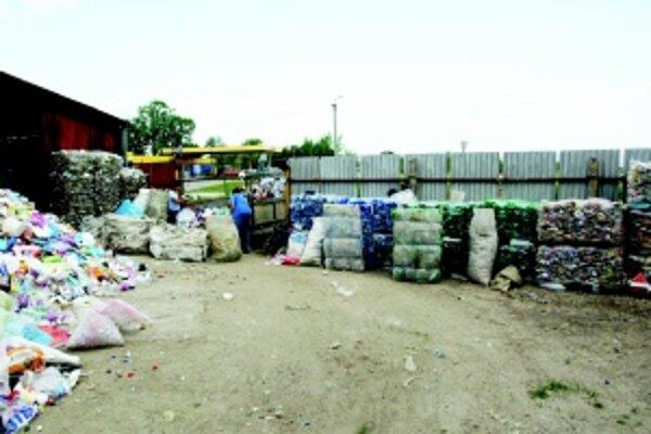 Triedenie. Pracovníčky by potrebovali pomoc, kopu recyklovateľného odpadu spracujú asi až za tri mesiace.