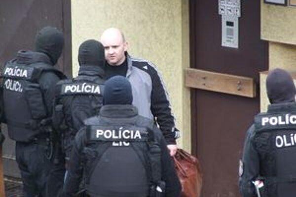 Trojicu 1. apríla hneď po prepustení z väzby znova zadržali kukláči.
