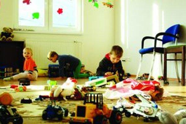 V materskom centre sa deti stretávajú počas chladných podvečerov spoločne pri hračkách.