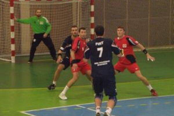Hráči Pov. Bystrice (v útoku) v závere stratili vyhratý zápas.