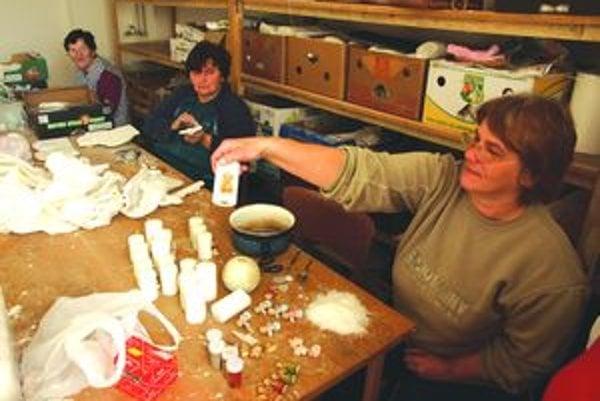 V dielni. Pri výrobe darčekových predmetov v zariadení teraz pracuje okolo desať žien.