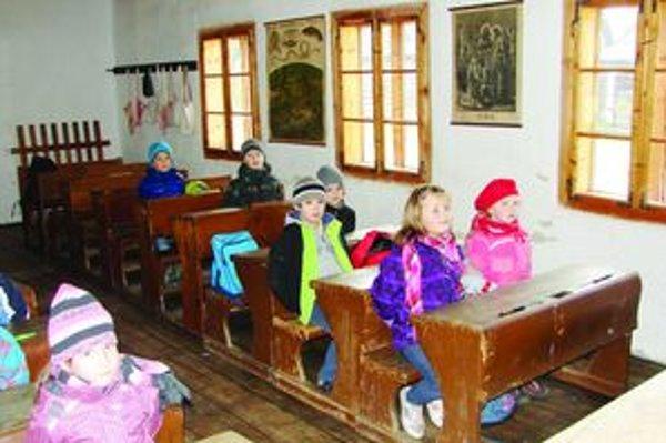 V skanzene. Deti našli autentické prostredie na učenie s tabuľkami a trsteničkou.