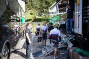 Slovenskí reprezentanti v cyklistike po tréningu pri tímovom autobuse v mestečku Bruck am Ziller.