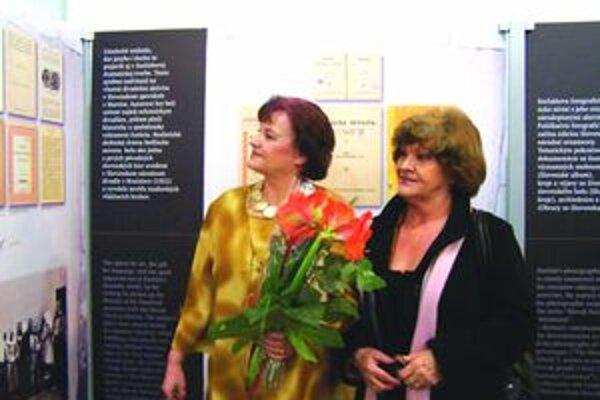 Autorka výstavy Dana Lacková (vľavo) so sestrou počas vernisáže.