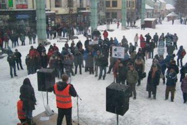 Protest v Martine. Divadelné námestie sa pozvoľne napĺňalo.