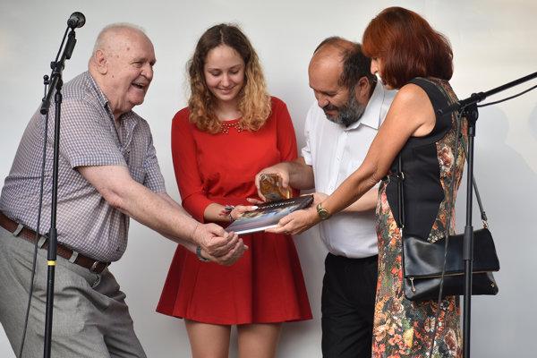 Knihu uvádzali do života počas osláv výročia obce. Zľava František Koval, vnučka pána Kovala, manželia Mrvovci.