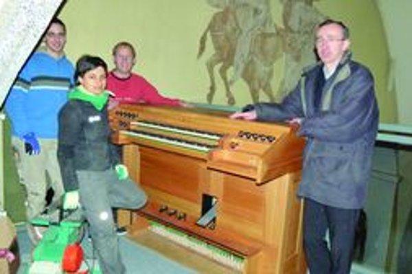 Prvý deň v kostole. Píšťalový organ priviezli minulý týždeň v utorok z Rakúska. Dva týždne ho budú stavať, štyri ďalšie ladiť. Na snímke organári s kňazom Róbertom Krajčíkom (vpravo.