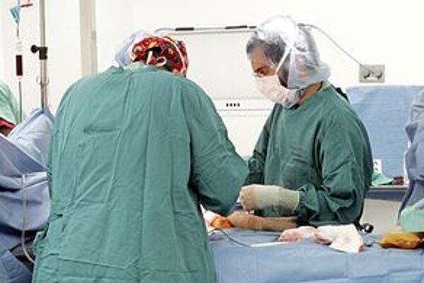 Operácia. Vykonať ju bez chýb, keď nemá lekár priestor na oddych, je veľmi ťažké. Tento problém sa dotýka veľmi citlivo aj pacientov. Urobí s tým ministerstvo zdravotníctva na Slovensku niečo?