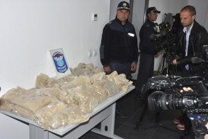 Polícia zadržala 712 kilogramov heroínu.