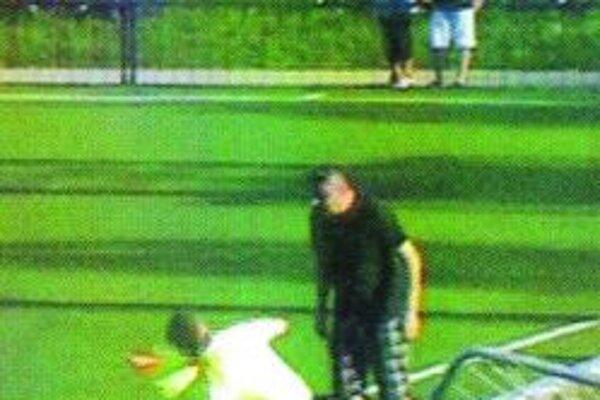 Divák útočí na rozhodcu. Po tomto incidente sa zápas nedohral.
