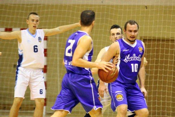 Hráči Karlovky (v modrom) si pripísali bezpečné víťazstvo. V bielych dresoch Dávid Javor a Milan Šedivý.