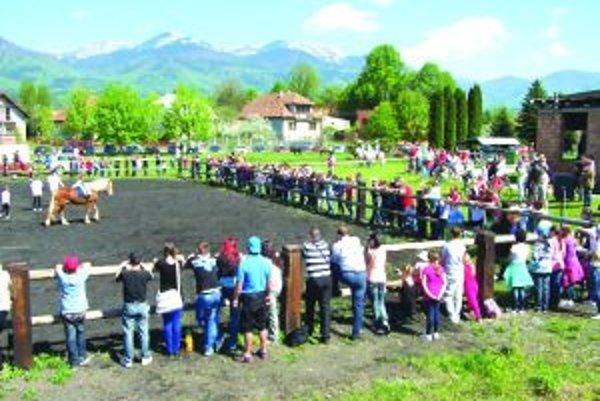 V areáli školy sa počas dňa otvorených dverí stretlo množstvo ľudí