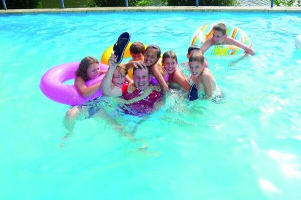 Patrika Hermana vlani malí táborníci viackrát hodil do bazéna.